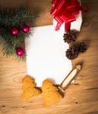 Weihnachtskarte: freier Raum, ländliches Geschenk der Weinlese und Weihnachtsbaumast Lizenzfreies Stockfoto