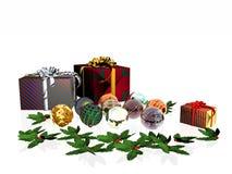 Weihnachtskarte, -geschenke und -kugeln. Stockfotografie