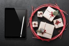 Weihnachtskarte, ipad können Sie eine Mitteilung für geliebte von Neujahrsgeschenken abschreiben, dann schicken eine Grußmitteilu Stockbild