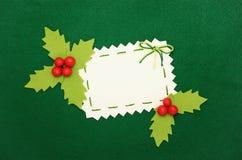 Weihnachtskarte: Leerzeichen und Stechpalme auf Grün Stockfotografie
