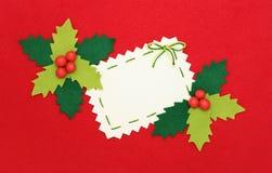 Weihnachtskarte: Leerzeichen und Stechpalme auf Rot Stockfotografie