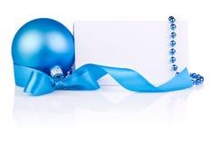Weihnachtskarte mit blauer Kugel, Farbbandbogen, Korne Stockfotografie