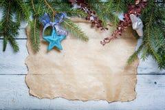Weihnachtskarte mit Dekoration auf einem hölzernen Brett Lizenzfreie Stockbilder