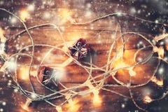 Weihnachtskarte mit Dekorationen und Lichtern auf dunklem Hintergrund c Lizenzfreies Stockfoto