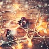 Weihnachtskarte mit Dekorationen und Lichtern auf dunklem Hintergrund c Lizenzfreie Stockfotos