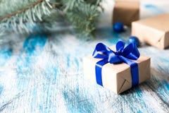 Weihnachtskarte mit dem Geschenk eingewickelt und Weihnachtsdekorationen Stockfotos
