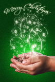 Weihnachtskarte mit den Kinderhänden im Grün Stockfotos