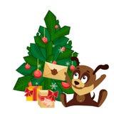 Weihnachtskarte mit einem Hund, der vor Baum mit verzierten Bällen sitzt und einen Umschlag von Santa Claus hält Stockbilder