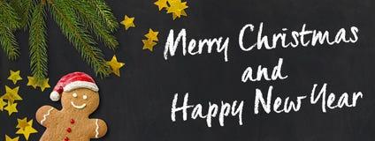 Weihnachtskarte mit einer Lebkuchenmann- und -weihnachtsdekoration Lizenzfreie Stockfotos