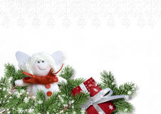 Weihnachtskarte mit Engel und Geschenk auf Weißbuch Lizenzfreies Stockfoto
