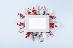 Weihnachtskarte mit Feiertagsdekorationen lizenzfreies stockfoto