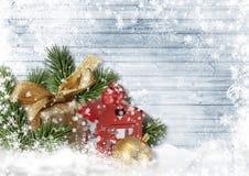 Weihnachtskarte mit Geschenk, Ball, Tannenzweige auf weißem Hintergrund Stockbild
