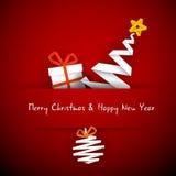 Weihnachtskarte mit Geschenk, Baum und Flitter Lizenzfreies Stockfoto