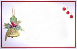 Weihnachtskarte mit Glocke und roten Bällen stockbilder