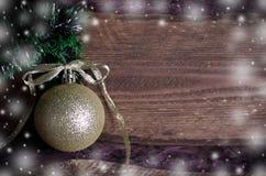 Weihnachtskarte mit goldenem Spielzeug Stockfoto