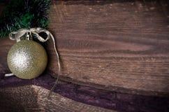 Weihnachtskarte mit goldenem Spielzeug Lizenzfreie Stockfotografie