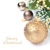 Weihnachtskarte mit goldenen Weihnachtsbällen und -Tannenzweigen Stockbilder