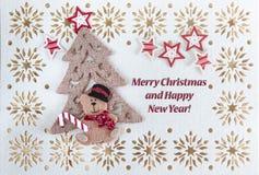 Weihnachtskarte mit Grüßen simsen, Weinlese-Verzierung, kleiner Bär unter dem Baum und Sterne lizenzfreie stockfotografie