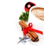 Weihnachtskarte mit heißer Schale Cappuccino, Zimtstangen und Stockbild