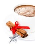 Weihnachtskarte mit Lebkuchen-Mann und heißer Schokolade, Zimt Stockbilder