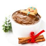 Weihnachtskarte mit Lebkuchen-Mann und heißer Schokolade, Zimt Lizenzfreies Stockfoto
