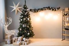 Weihnachtskarte mit leuchtenden Rotwild, einem Weihnachtsbaum und einem Stern stockfotos