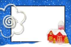 Weihnachtskarte mit Platz für schneebedecktes Haus des Textes Stockfotografie