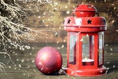 Weihnachtskarte mit Retro- Lampe und Weihnachtsball Lizenzfreies Stockfoto