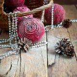 Weihnachtskarte mit rosa natürlichen Kugeln Stockfoto