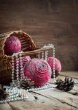 Weihnachtskarte mit rosa natürlichen Kugeln Stockfotos