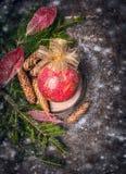 Weihnachtskarte mit rotem Ball der Weinlese und goldener Bogen auf dunklem hölzernem Stockbild