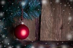 Weihnachtskarte mit rotem Spielzeug Lizenzfreies Stockbild