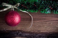 Weihnachtskarte mit rotem Spielzeug Stockfoto