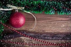 Weihnachtskarte mit rotem Spielzeug Lizenzfreie Stockbilder
