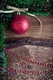 Weihnachtskarte mit rotem Spielzeug Lizenzfreies Stockfoto