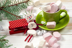 Weihnachtskarte mit Spaßeibischschneemann in der grünen Schale, Baum stockbild