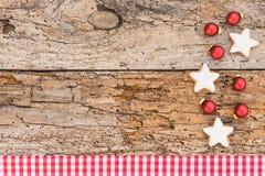 Weihnachtskarte mit Sternplätzchen und Weihnachtsbällen Stockfotos