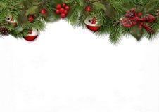 Weihnachtskarte mit Tannenbällen und Stechpalme auf weißem Hintergrund Stockfoto