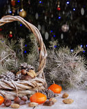Weihnachtskarte mit Tannenzweigen und Dekoration Stockbilder