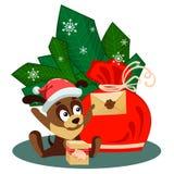 Weihnachtskarte mit Tasche und ein Hund, der vor Niederlassungen mit verzierten Bällen sitzt und einen Umschlag von Sankt hält Stockfoto