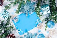 Weihnachtskarte mit verziertem Tannenbaum auf Schnee Stockfotografie