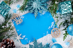 Weihnachtskarte mit verziertem Tannenbaum auf Schnee Stockbilder