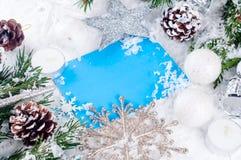 Weihnachtskarte mit verziertem Tannenbaum auf Schnee Lizenzfreie Stockfotografie
