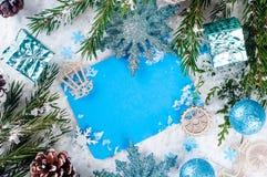Weihnachtskarte mit verziertem Tannenbaum auf Schnee Stockfotos