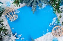 Weihnachtskarte mit verziertem Tannenbaum auf Schnee Lizenzfreie Stockfotos