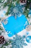 Weihnachtskarte mit verziertem Tannenbaum auf Schnee Stockfoto