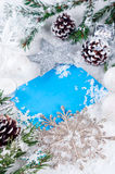 Weihnachtskarte mit verziertem Tannenbaum auf Schnee Stockbild