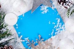 Weihnachtskarte mit verziertem Tannenbaum auf Schnee Lizenzfreie Stockbilder