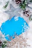 Weihnachtskarte mit verziertem Tannenbaum auf Schnee Lizenzfreies Stockfoto
