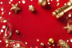 Weihnachtskarte oder -fahne Weihnachtsgoldene Dekorationen auf rotem Hintergrund stockbild